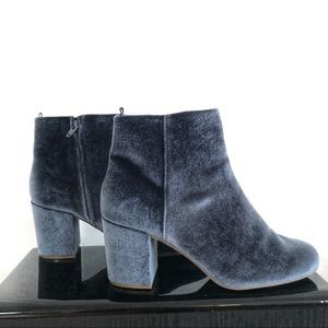 Shoes - 🌴2/$25 Great Condition! Blue Velvet Booties - 8